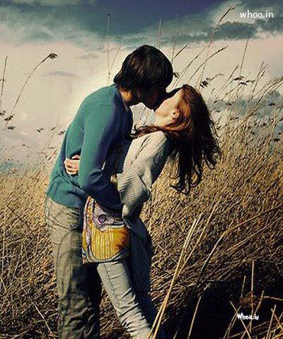 Romantic Couple Kiss Natural Wallpaper