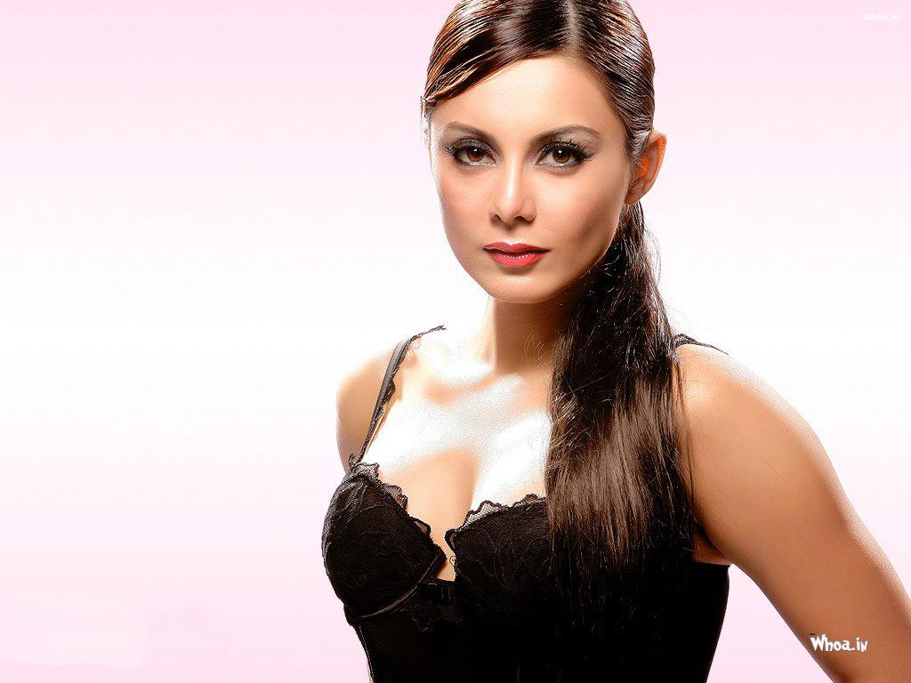 minissha lamba black top cleavage image with face closeup